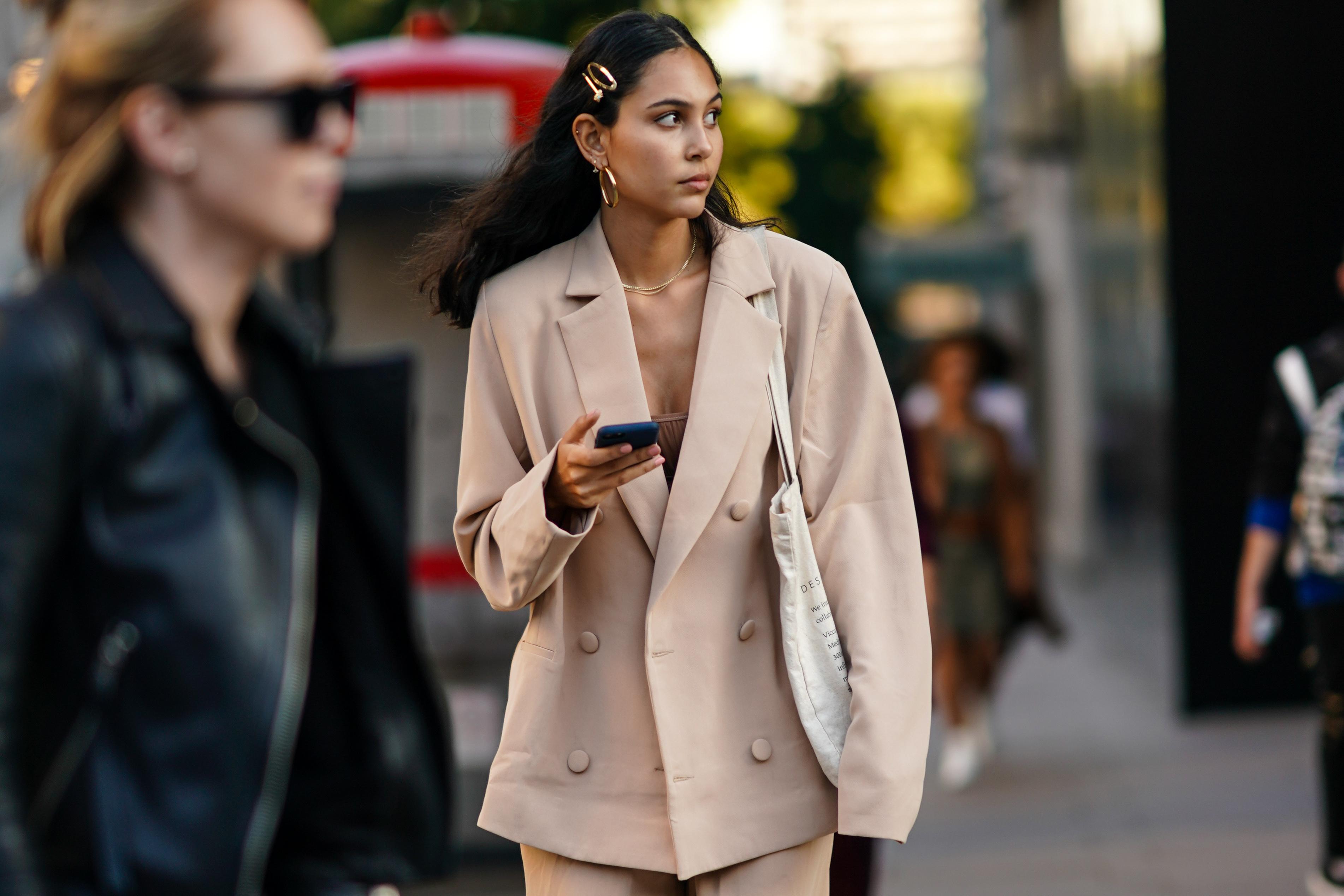 素肌にジャケットを羽織っているようなコーディネイトに、ゴールドアクセを取り入れてクールなニュアンスをプラス。ヘアアクセ、ピアス、チョーカーとそれぞれはさり気ないデザインだけど合わせることでグッと孫座感が高まる。