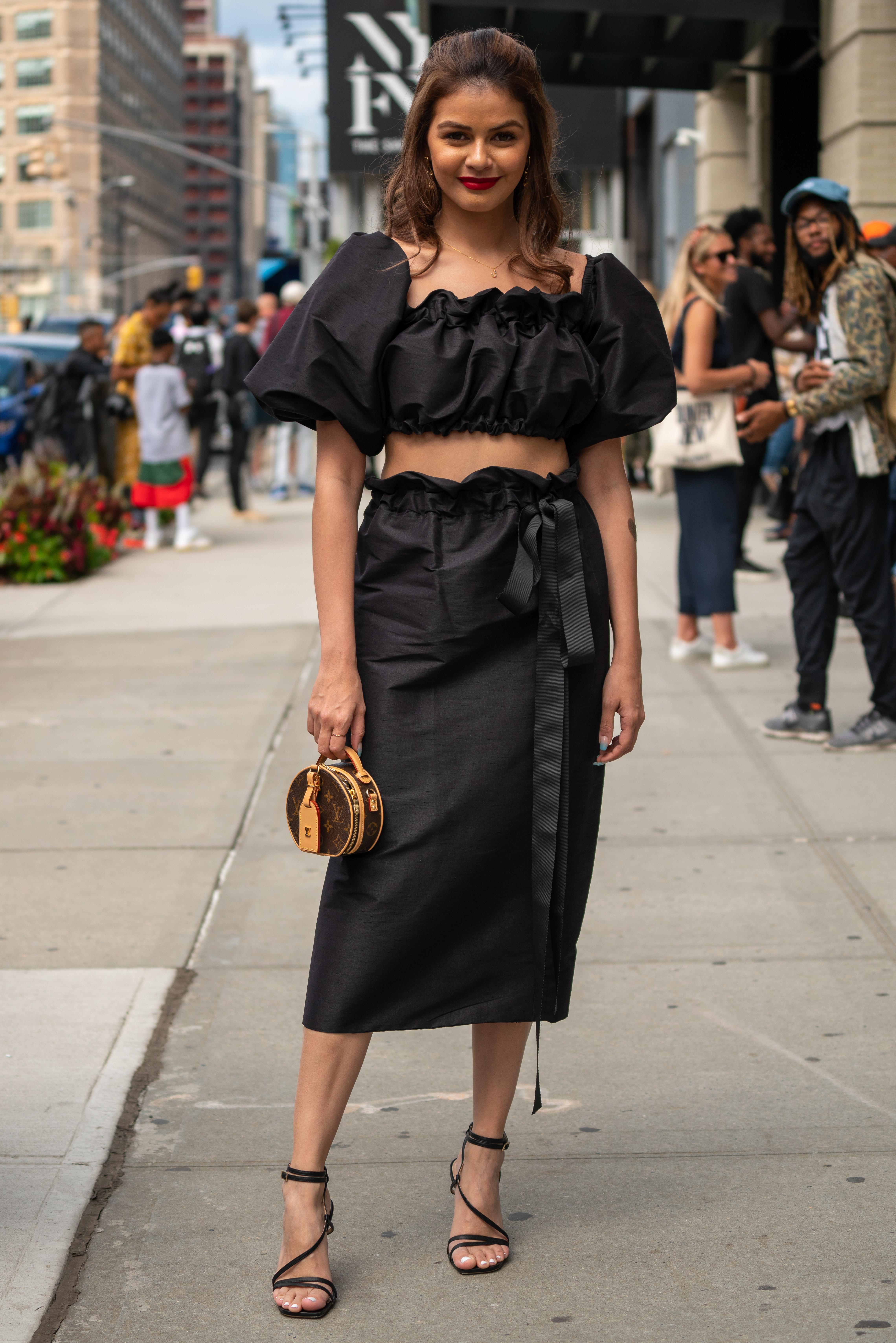 ギャザーのデザインはラブリーなイメージがあるけど、ブラックカラーなら適度なフェミニンさを残したモードなスタイルが叶う。マイクロサイズのバッグや華奢なサンダルはアクセサリー感覚でコーディネイトして。