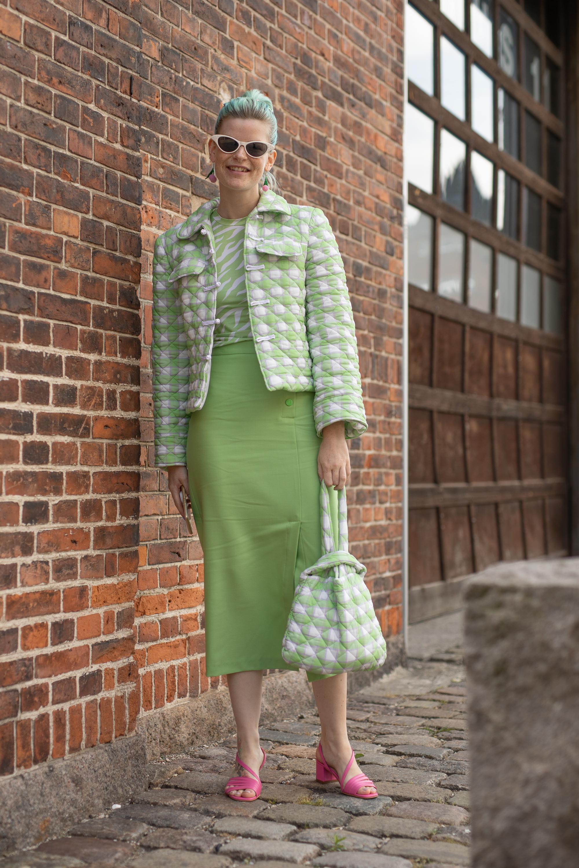 ペールトンのグリーン×ホワイトの2トーンスタイルはレトロな雰囲気が可愛い。ウエアとセイムカラーでオールバックに決めたヘアスタイルはクール! アクセントカラーとして取り入れてピンクも効果的。