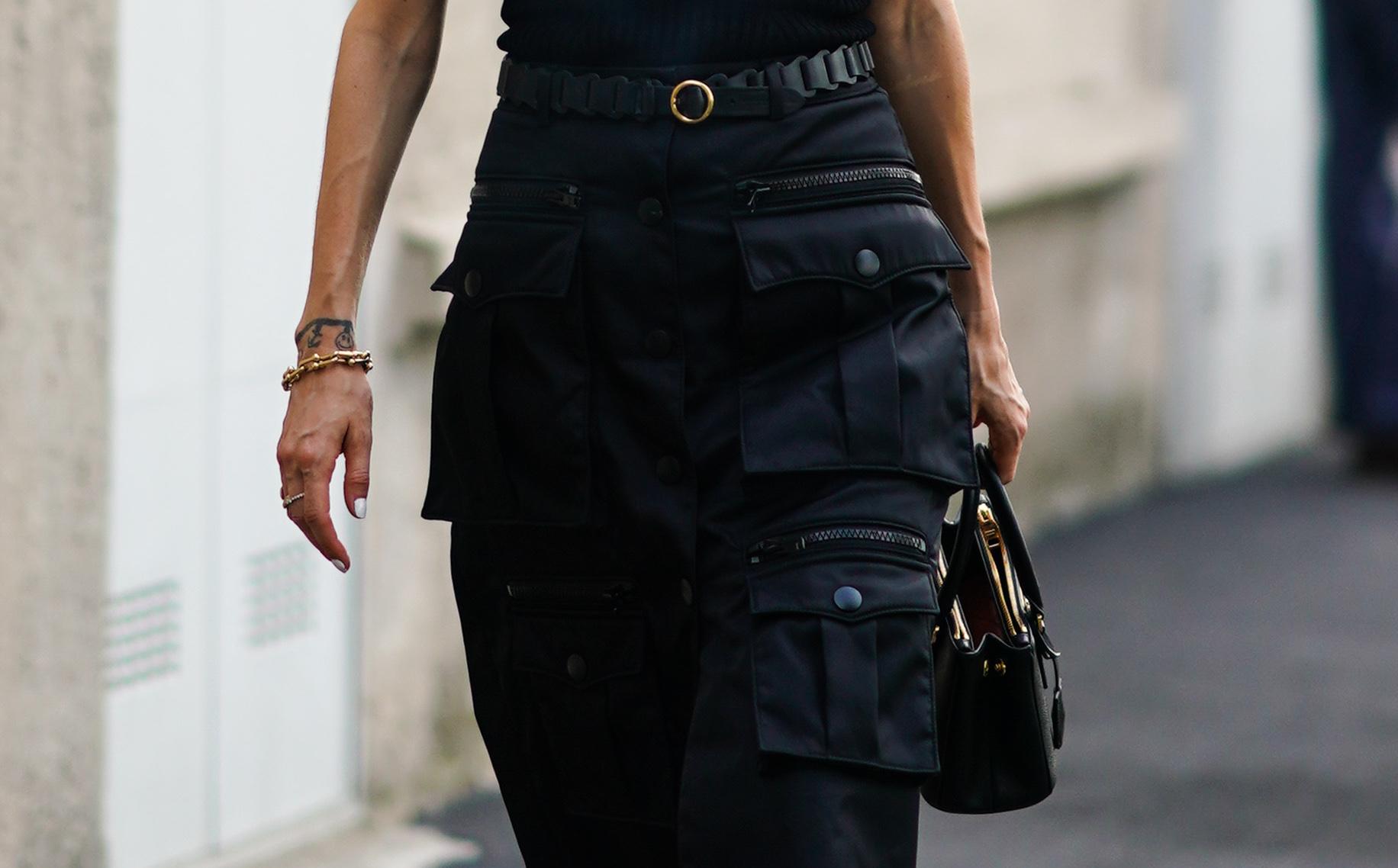 ブラックスタイルにはゴールドが映える! ブレスレットやリングなどのアクセサリーはもちろんのこと、ベルトのバックルやバッグのデザインに至るまで、ゴールド使いが光っている。