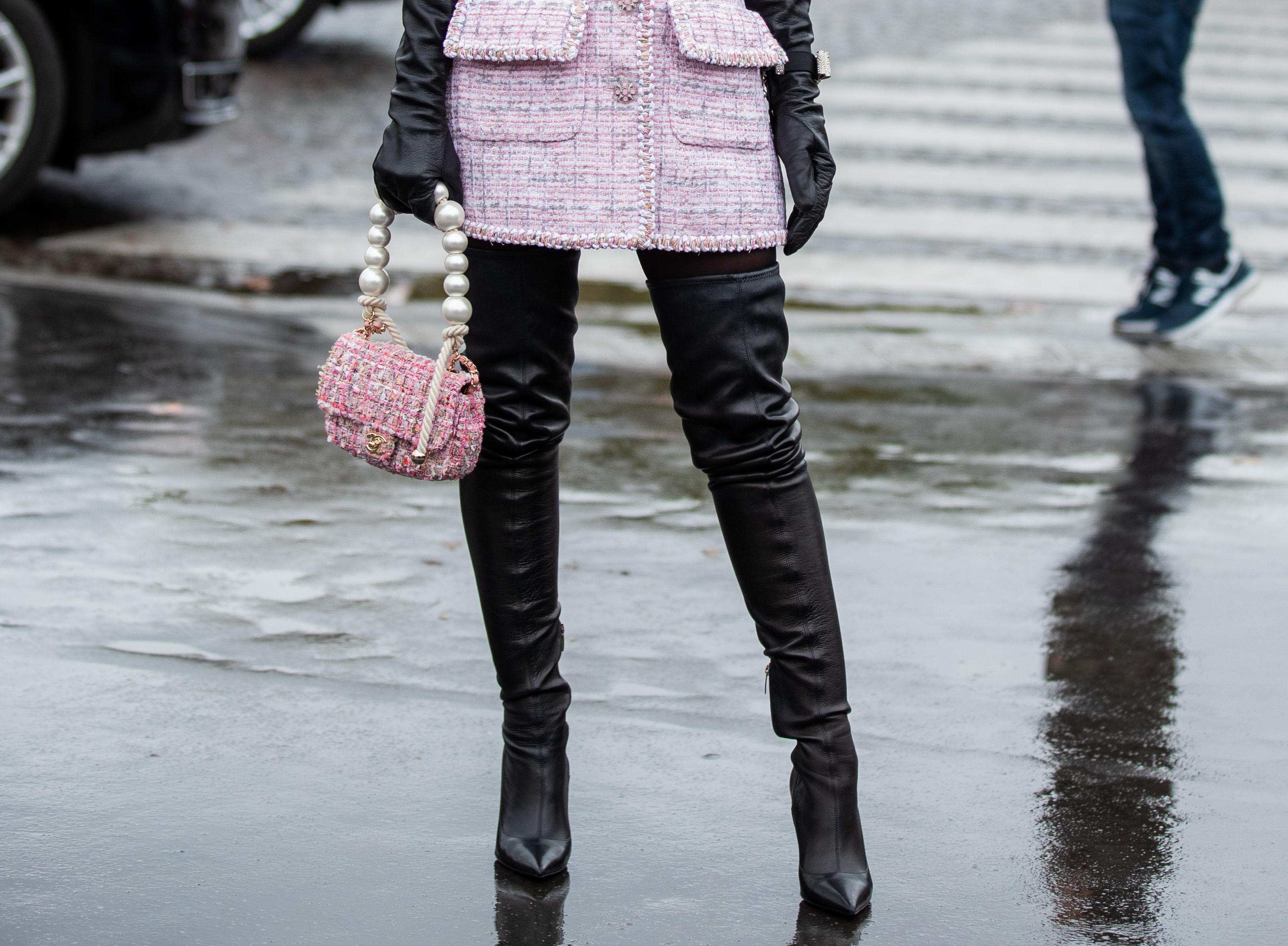 1足持っていると幅広い着こなしが楽しめるブラックカラーのニーハイブーツを、まるでボトムのようにコーディネイトしたスタイルは脚長効果抜群! ミニ丈×ニーハイブーツは鉄板の組み合わせ。