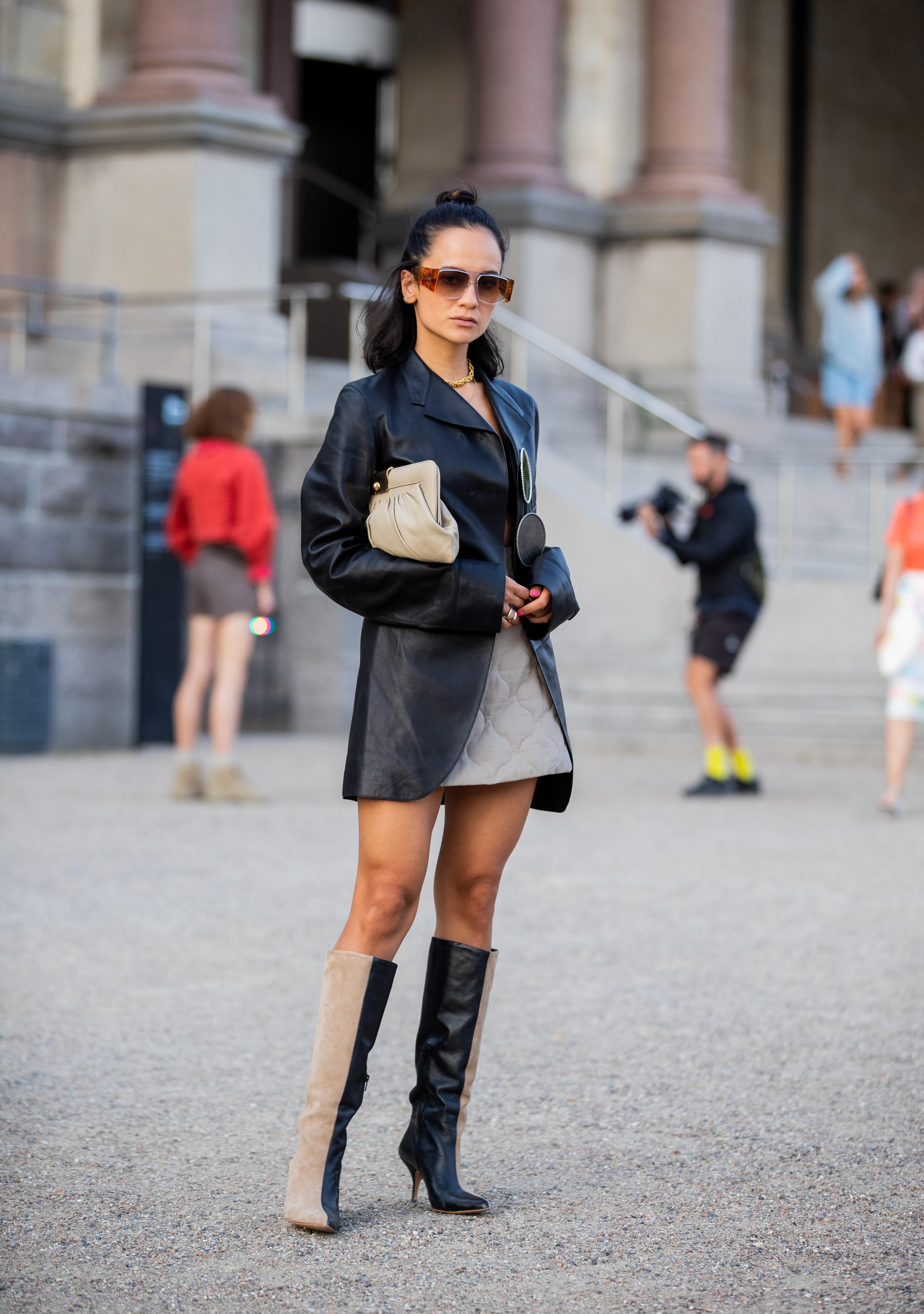 レザー質感のブラックジャケットにはキルティングの素材でスカートをコーディネイト。プレーンなデザインのアイテムだから異素材ミックスで遊びを効かせて。2トーンのロングブーツも効果的。