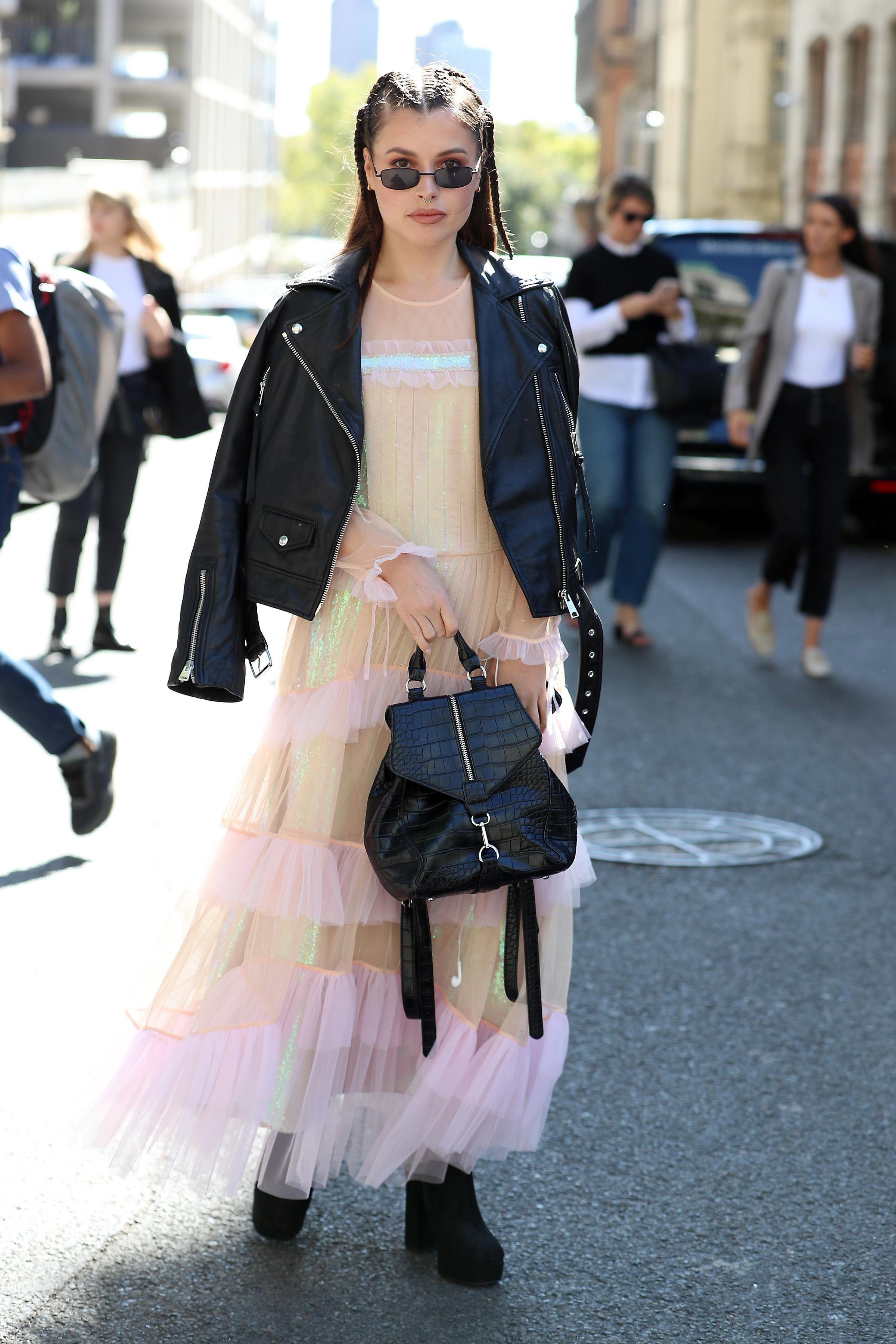 キャンディーカラーのファンシーなドレスには、ブラックアイテムをオン。対極の色を合わせることでコントラストが出て、全体が引き締まった印象に。足元はスニーカーに切り替えても可愛い。