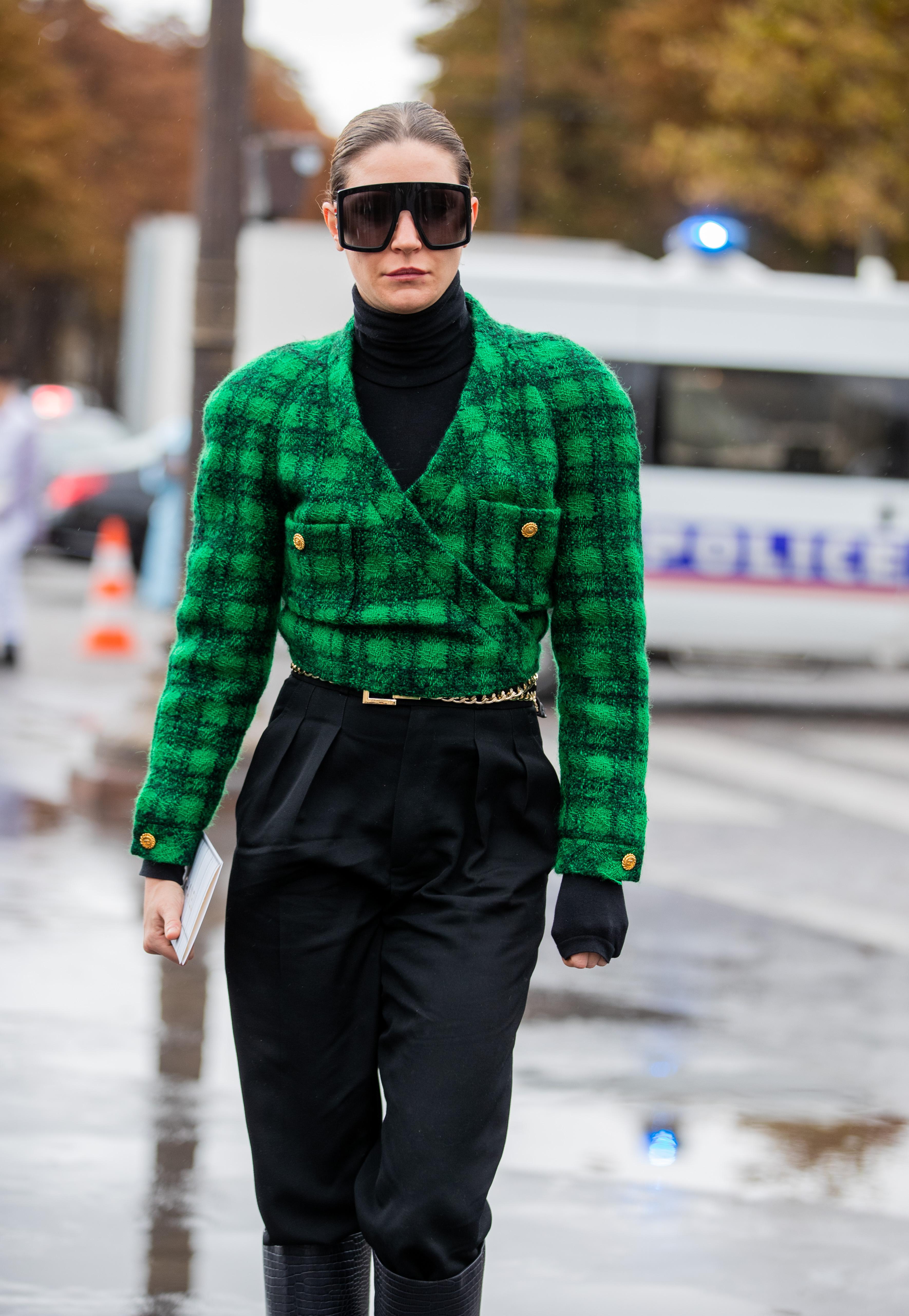 ブラックカラーに80年代ムード漂うジャケットをインしたスタイルがクール。ジャケットのボタンとベルトのゴールド使いやサイバーチックなサングラスがスパイスになって個性を演出している。