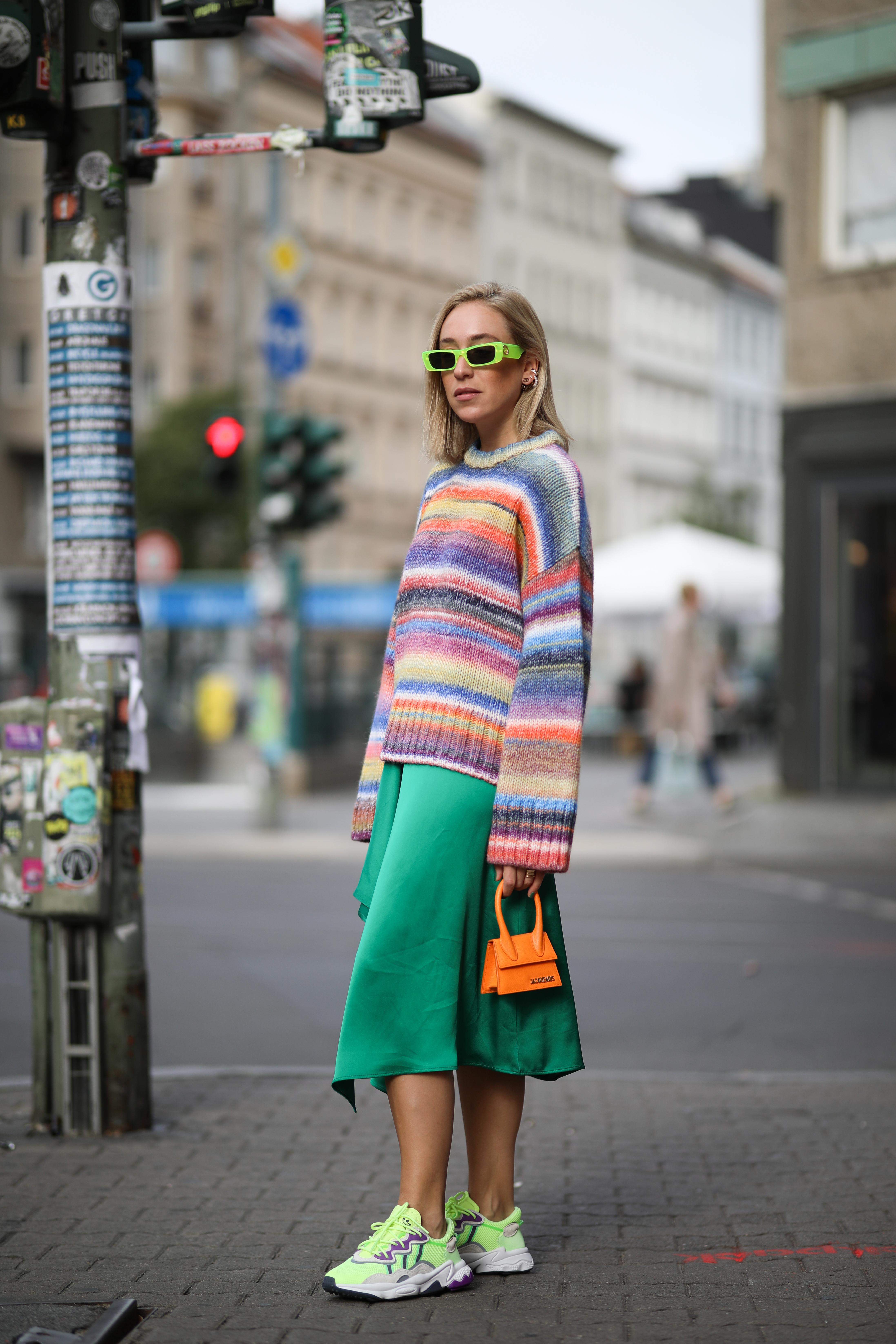 マルチカラーのボーダー柄ニットはラフな雰囲気がGOOD。フレアスカートと合わせてストリート感あるこなれたスタイルを完成させて。サングラスやスニーカーのネオンカラー使いもおしゃれ。