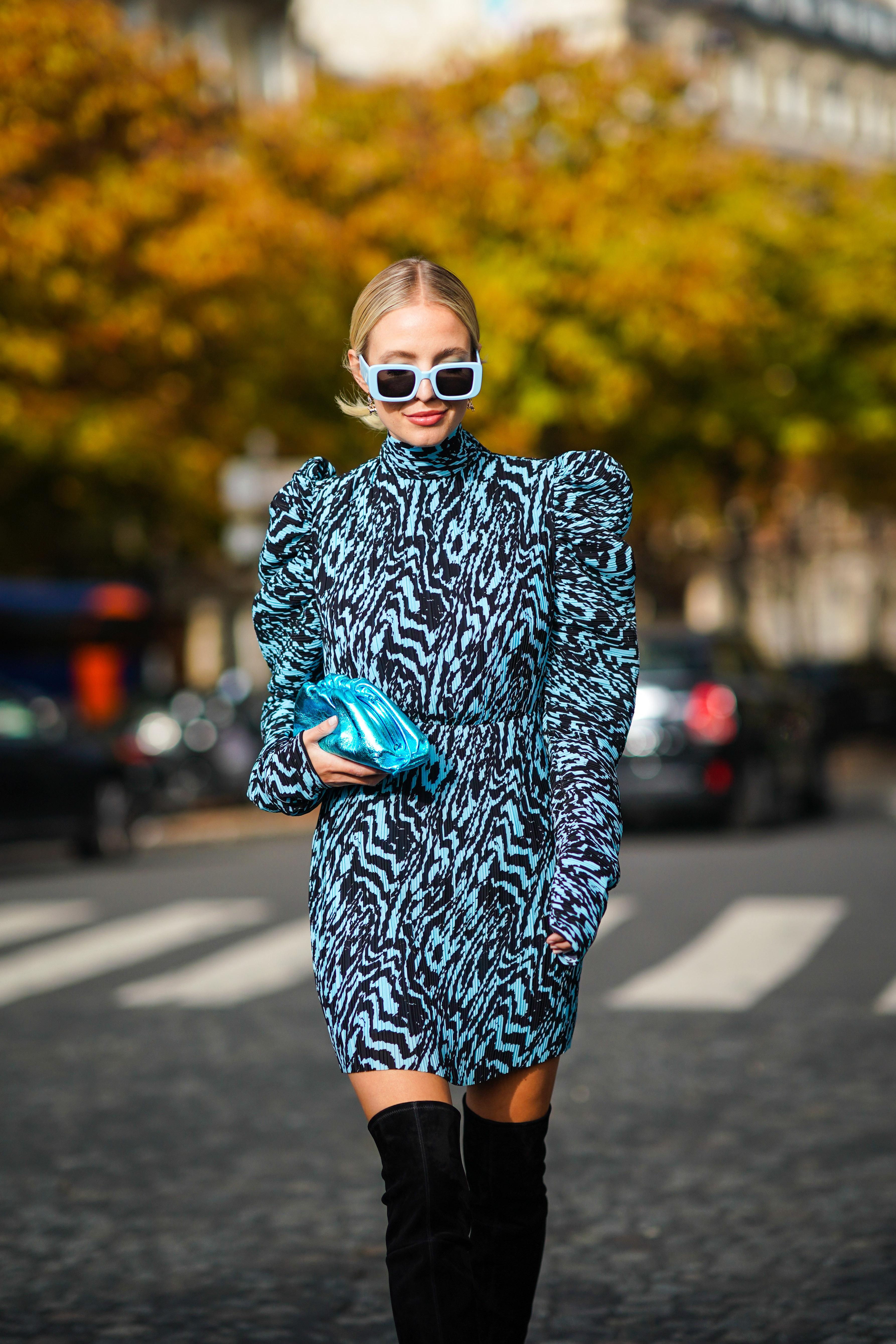 ブルーとブラックの2トーン使いのコーディネイトは、ドレスのシルエットと相まってヴィンテージライクなスタイルに。スクエアフォルムのビッグフレームサングラスも雰囲気を後押ししている。