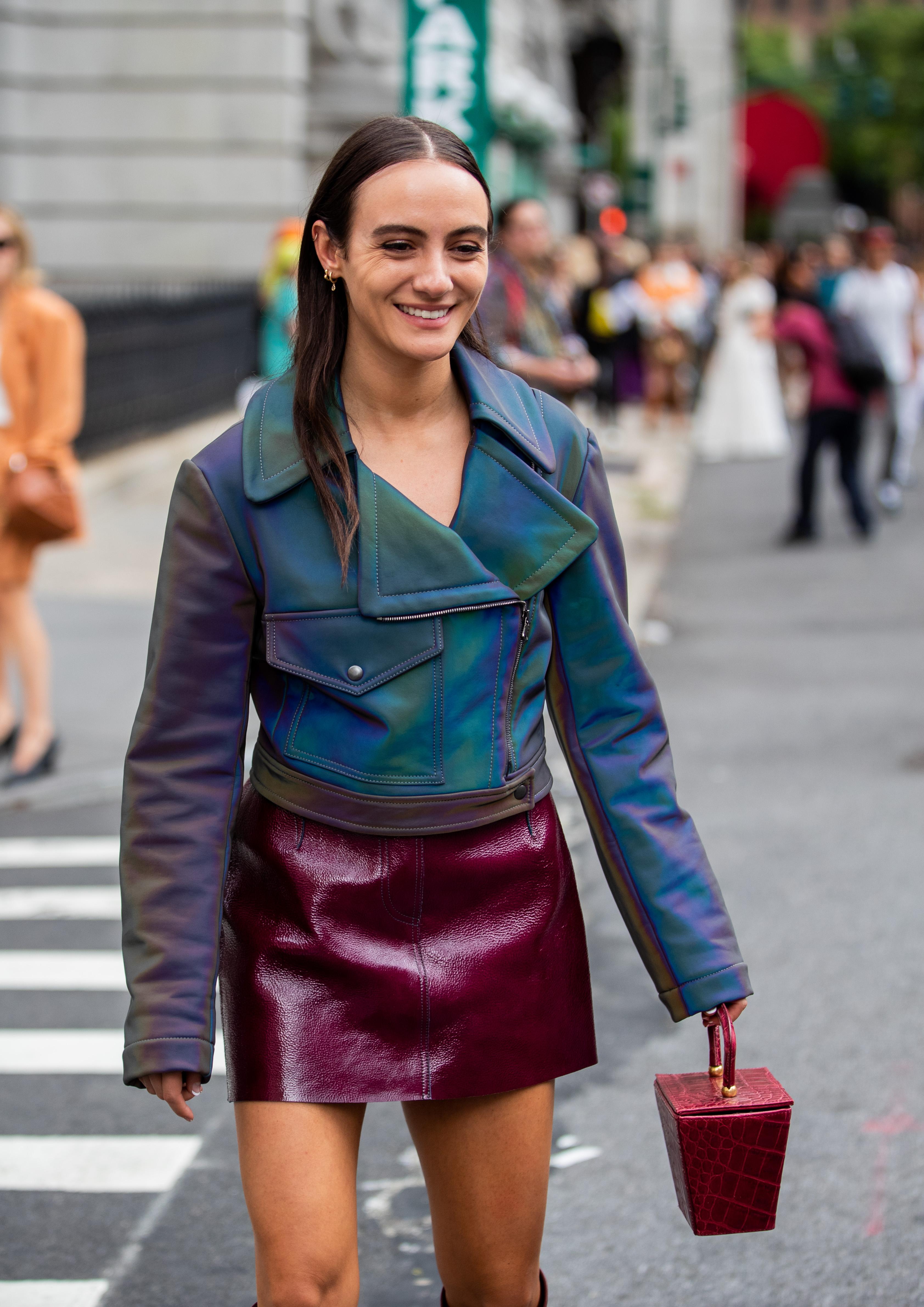 オーロラカーラのライダース×ワインレッドのミニ丈スカートは、シンプルな組み合わせだからこそカラーリングで魅了して。1点1点アイテムに存在感があるからアクセサリーは最低限でOK。