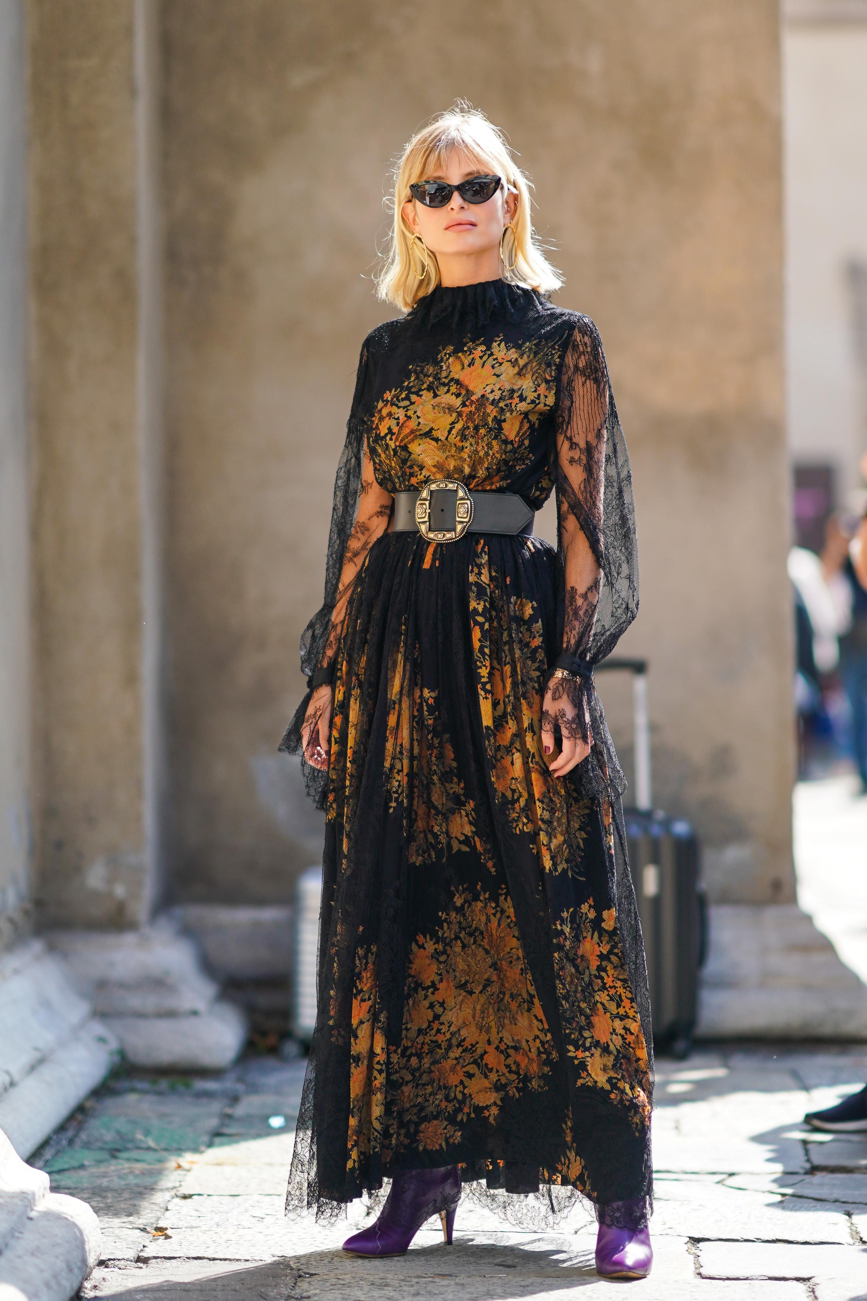 透け感あるレーシーなドレスは、そのフェミニンさを活かしつつ、存在感ある小物使いで個性をトッピング。ビッグバックルのベルトはどこかヴィンテージ感があってドレスのデザイン性を引き立ててくれる。