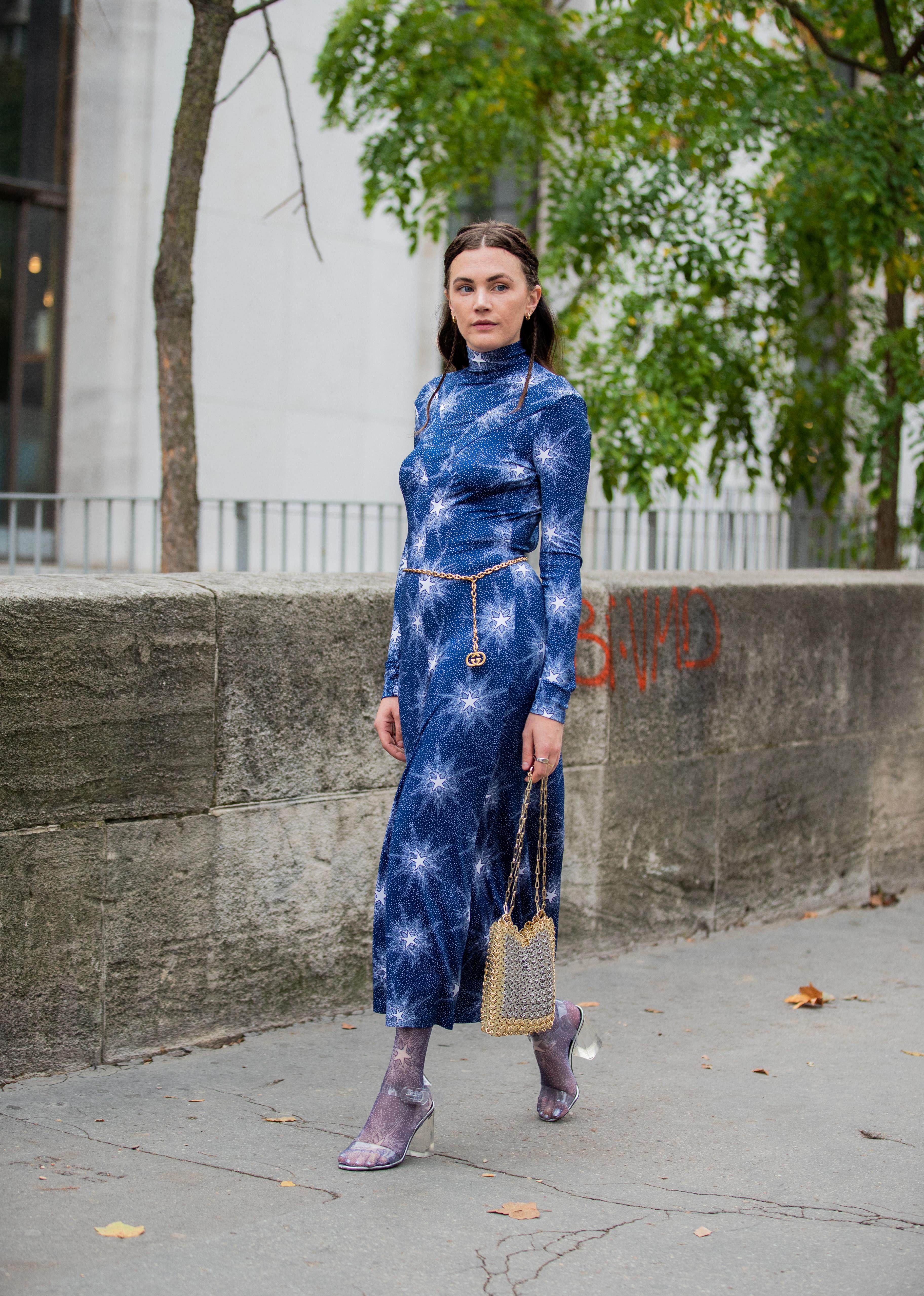 ボディラインにフィットしたドレスは、女性らしさを引き出してくれる。チェーンベルトでさり気なくウエストマークしてメリハリをつけて。スペイシーなデザインを活かした足元のコーディネイトがおしゃれ。