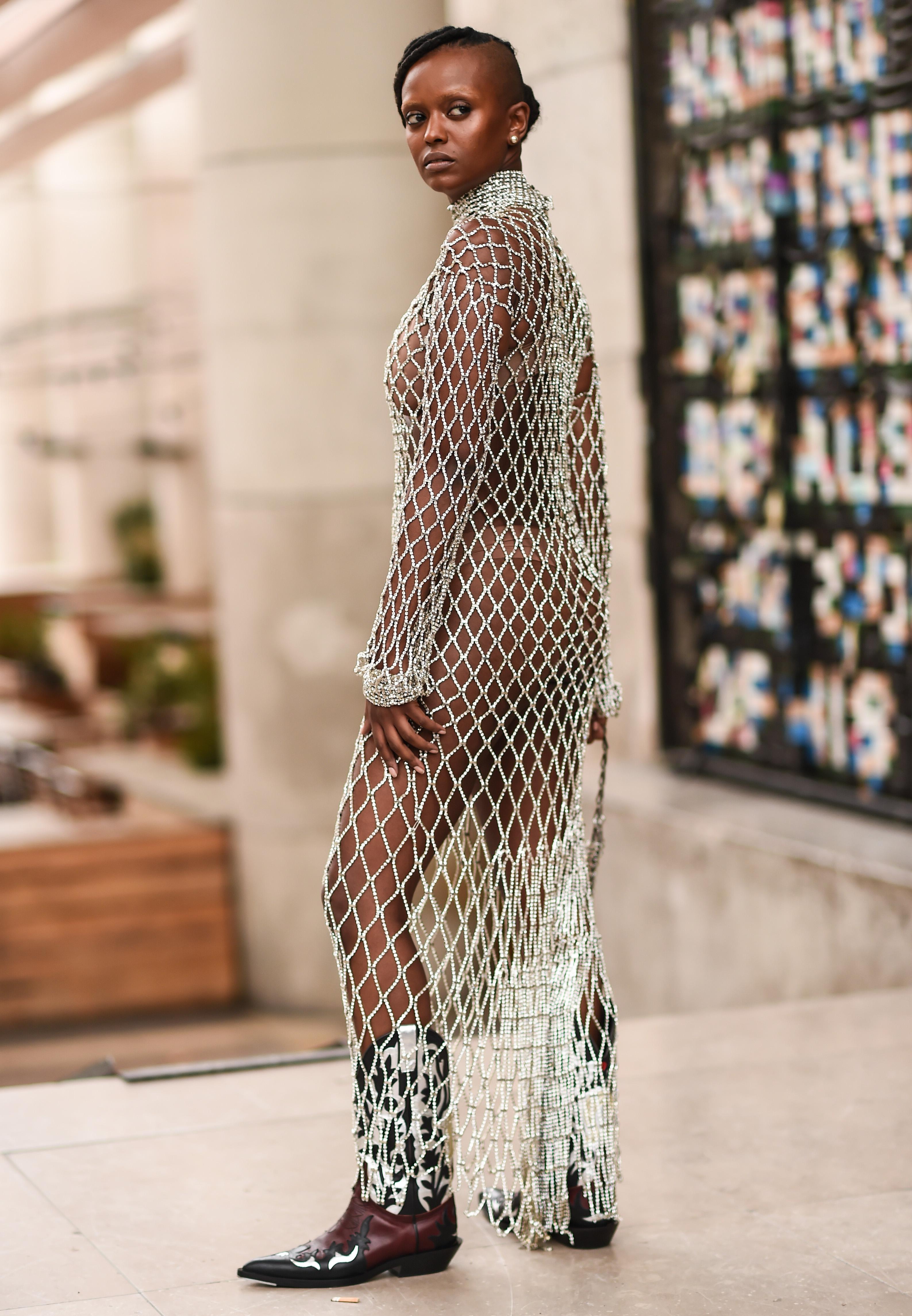 メッシュドレスは大胆に着こなしたドレススタイル。足元には注目のウエスタンブーツ取り入れて、トレンド感を意識。レイヤードアイテムとして活躍するから自分らしいコーディネイトが楽しめる。