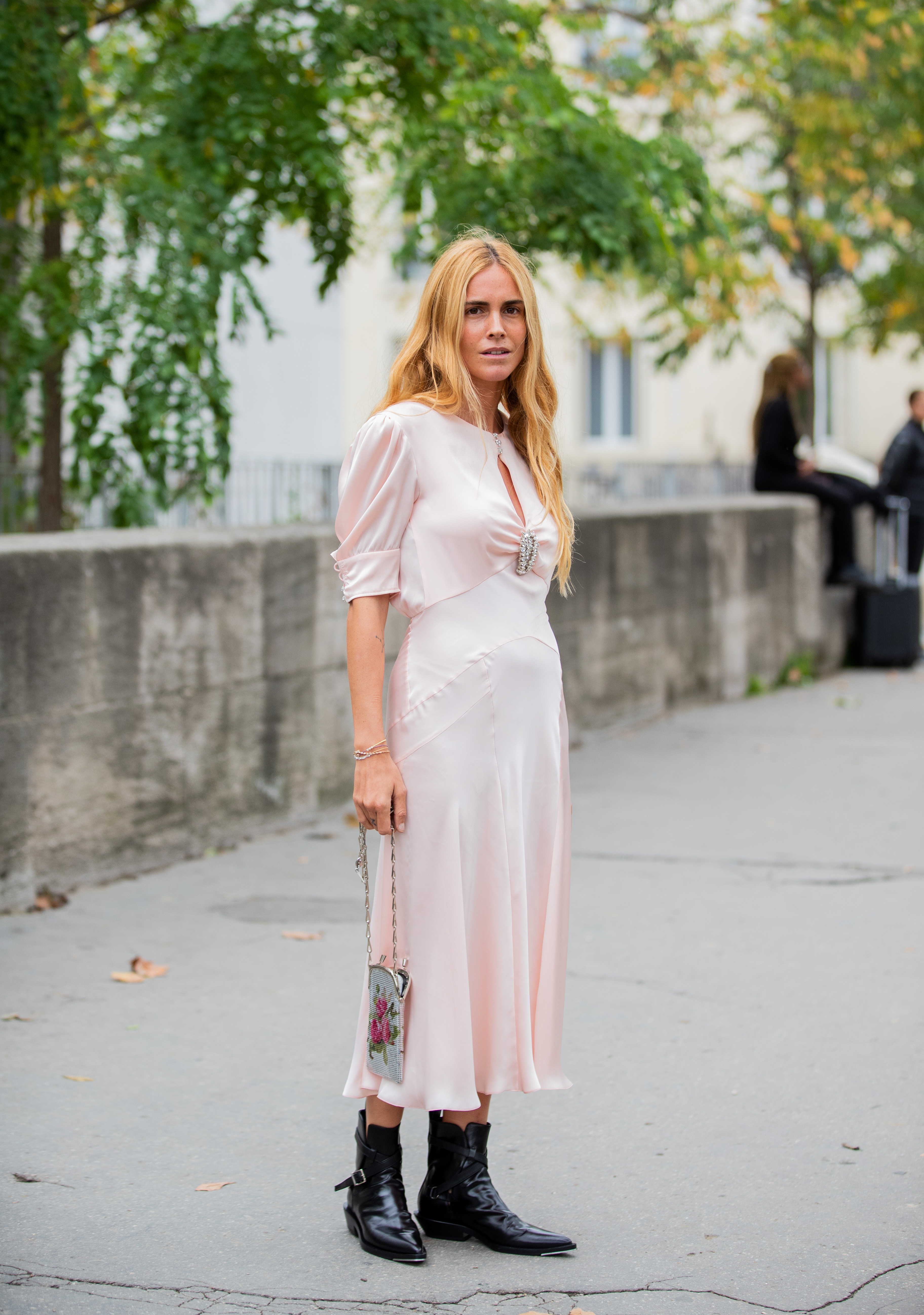 レディライクな雰囲気のサテンドレスは合わせるシューズ次第でいろんなスタイルが楽しめる。フラットブーツならデイリーな着こなしになるし、華奢なヒールならパーティーシーンで活躍しそう。
