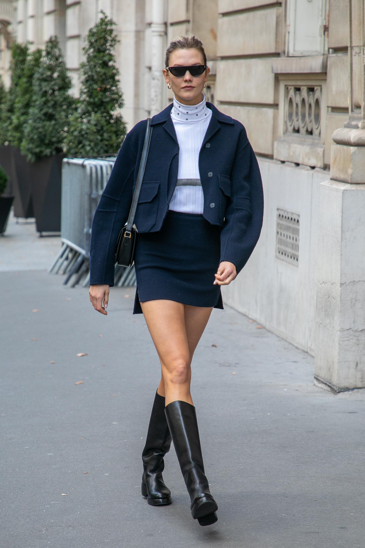 スリット入りのスカートには美脚が叶うロングブーツを合わせて、グッドガール風の装いに。ネイビー×ホワイトカラーのシンプルなスタイルだからこそ、ディテールデザインに注目して。