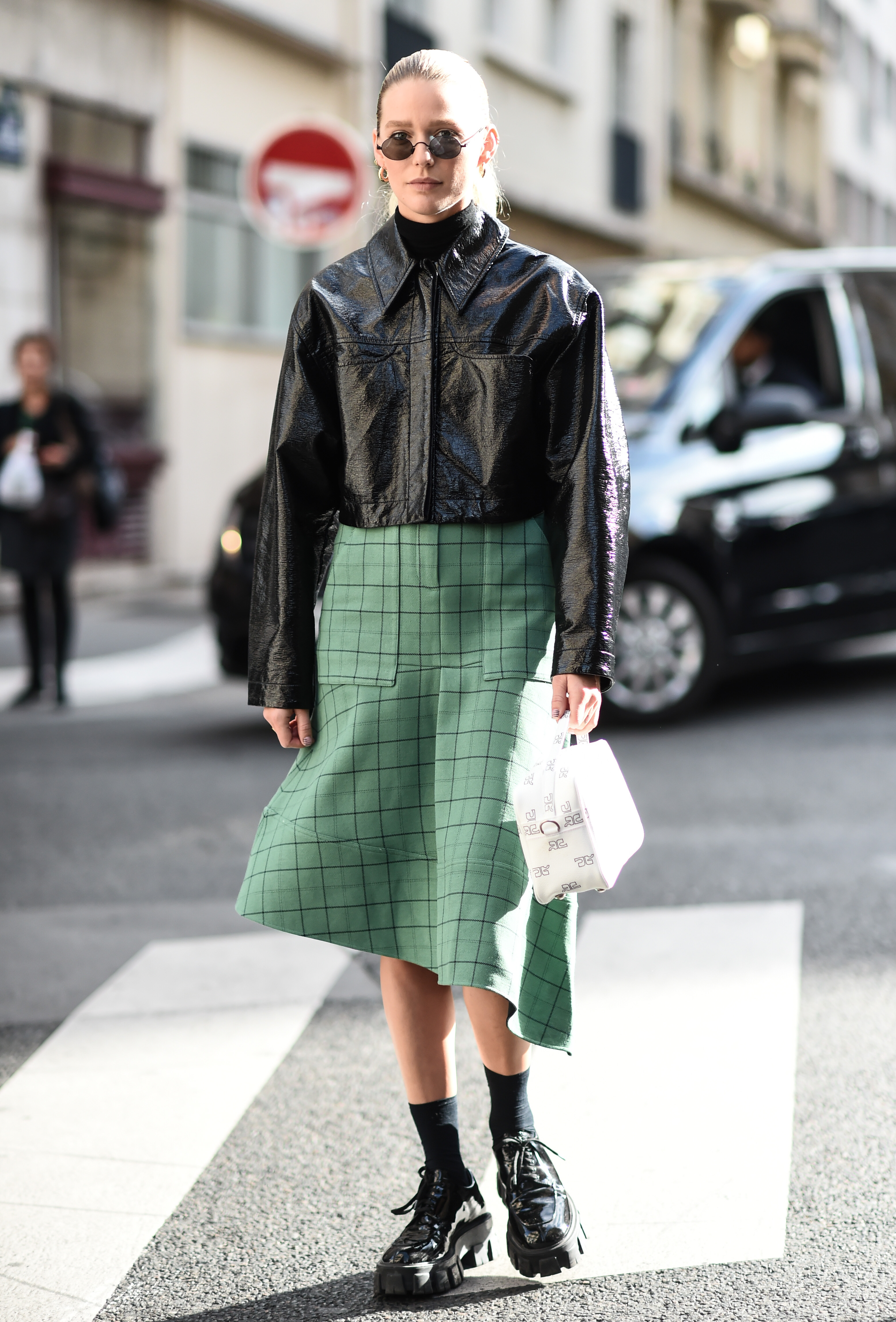 ブラックカラーベースのコーディネイトにミントグリーンのチェック柄スカートが映える。シンプルスタイルだからこそ、柄やアシンメトリーのシルエットが際立ち、洗練さを高めてくれる。