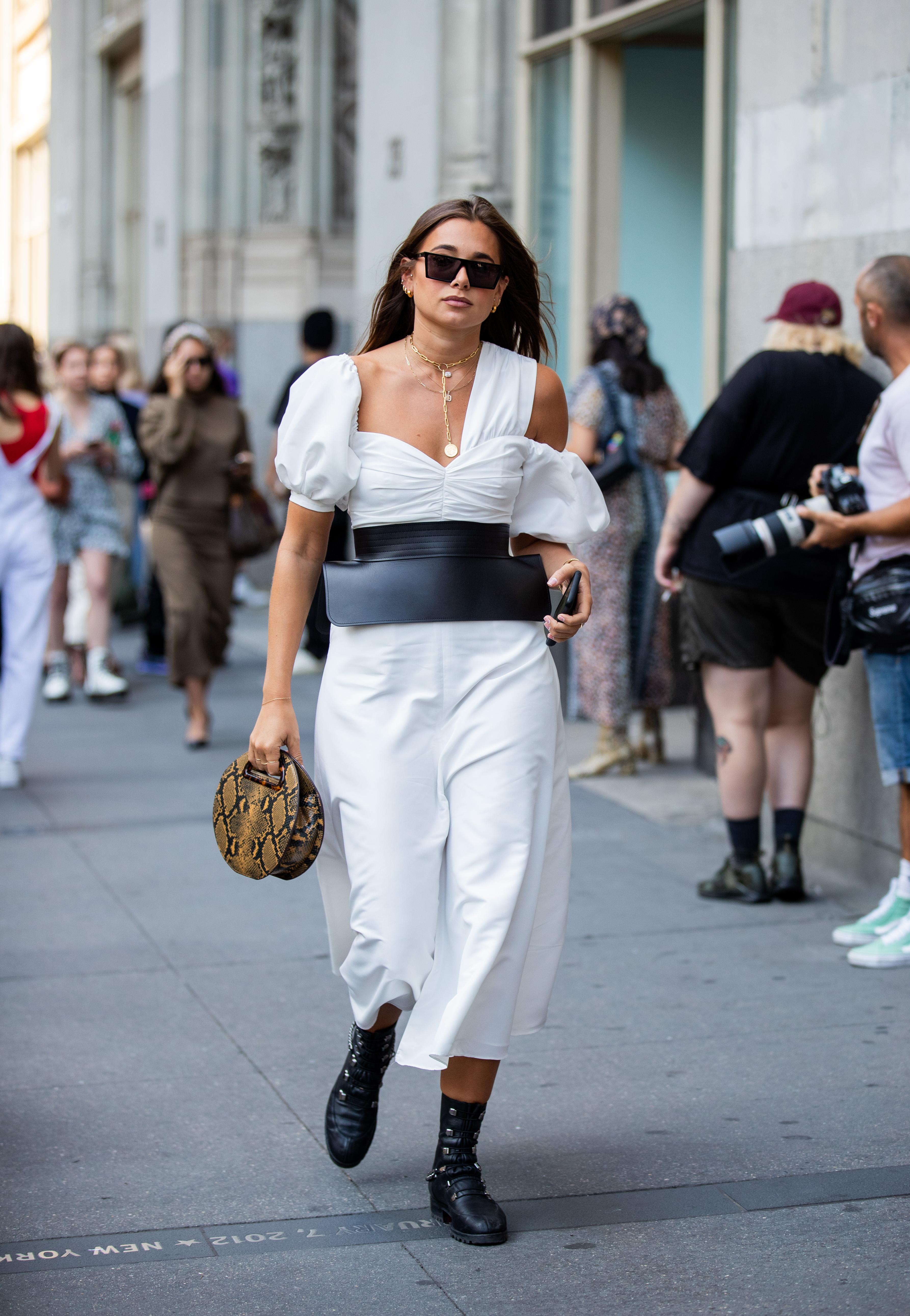 ワンショル、オフショル…と、ショルダー周りのデザインが特徴的なドレスは、パキッとモノトーンスタイルに。ユニークなデザインのベルトをインしてモードさを演出して。アニマル柄がアクセントに。