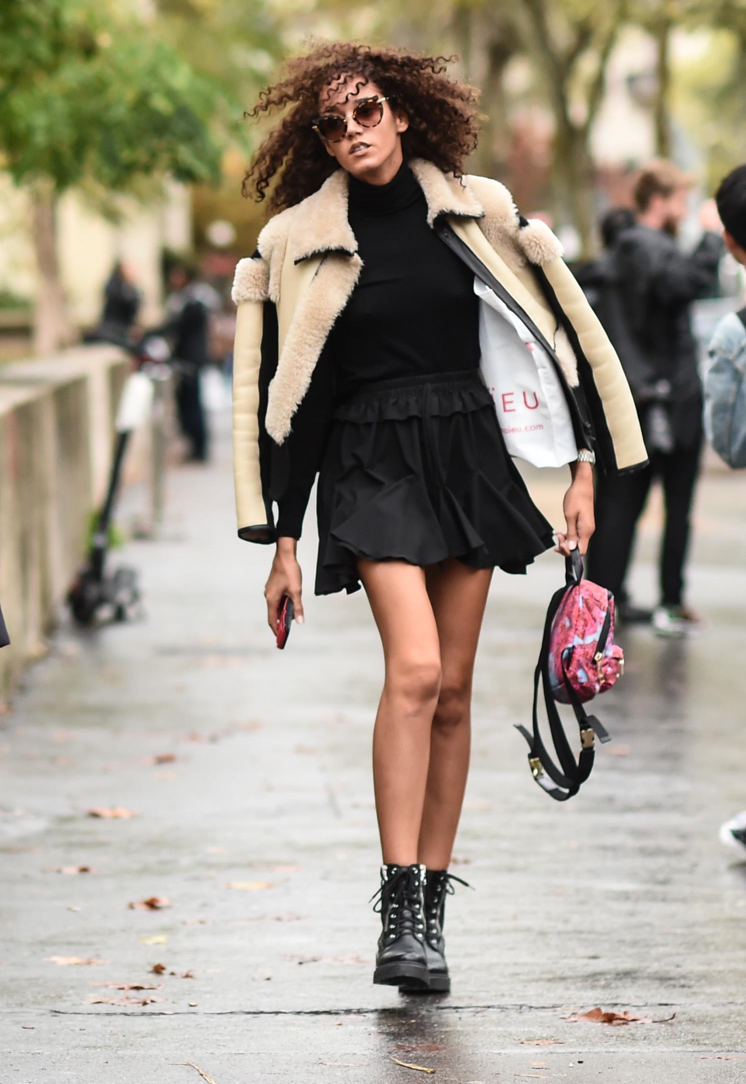 ライダースシルエットのファーコートはクールなスタイルに仕上がる。フリルシルエットのミニスカートでガーリーな雰囲気もあるオールブラックのスタイルのアクセントとして投入!