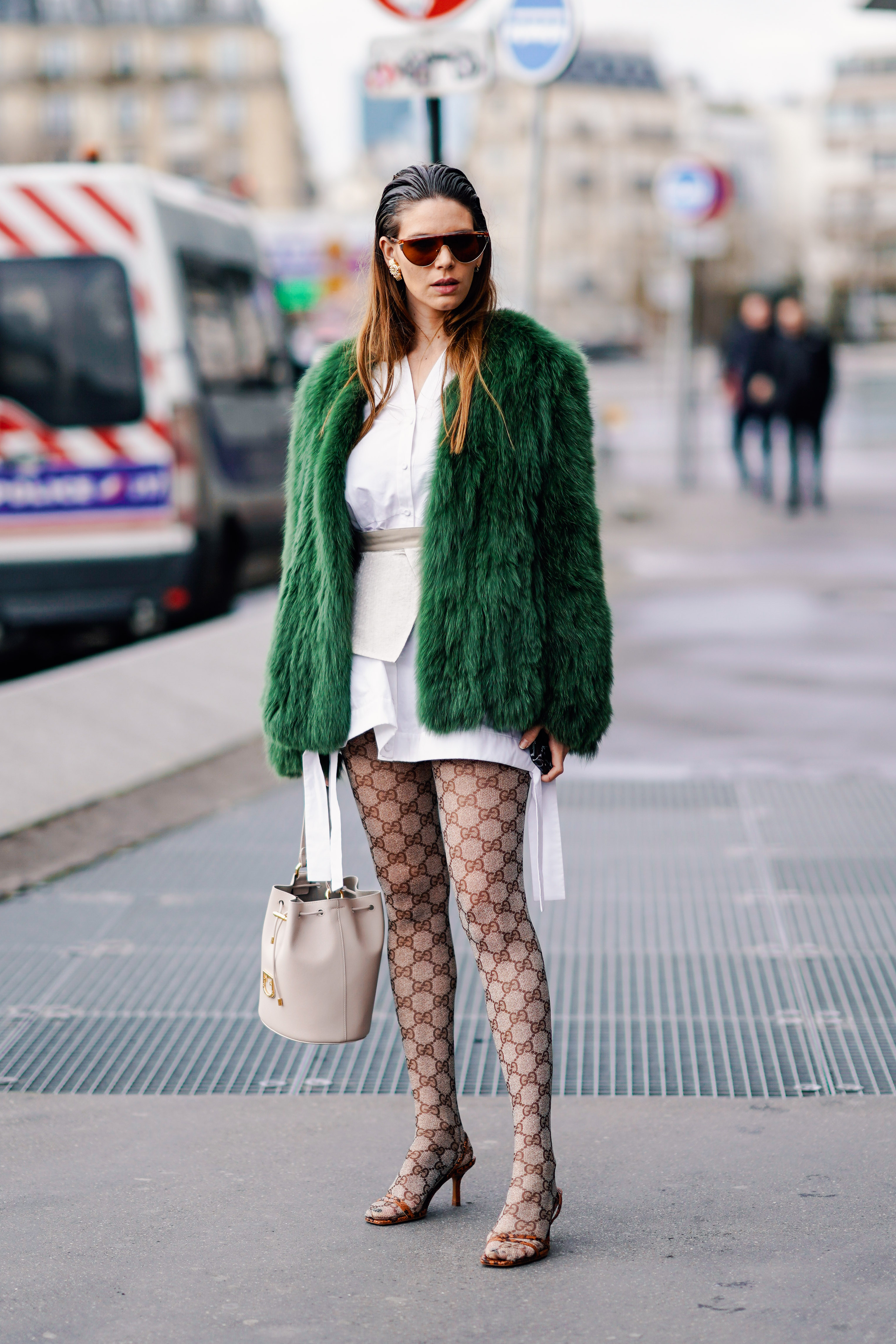 毛足の長いファーコートはフェミニン度あり。その雰囲気を楽しみたい。総柄のタイツが引き立つシンプルなコンサバティブなスタイリングだからこそ、1点豪華なアイテムを投入して全体的に引き締めて。