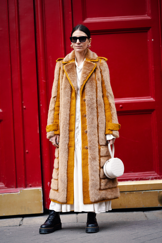 ファーの毛足を活かしたデザインが存在感抜群のロングコート。シンプルなホワイトコーデにオンして、コーディネイトをアップデートして。足元にはこれまた存在感あるワークブーツでグッドバランスをキープ。