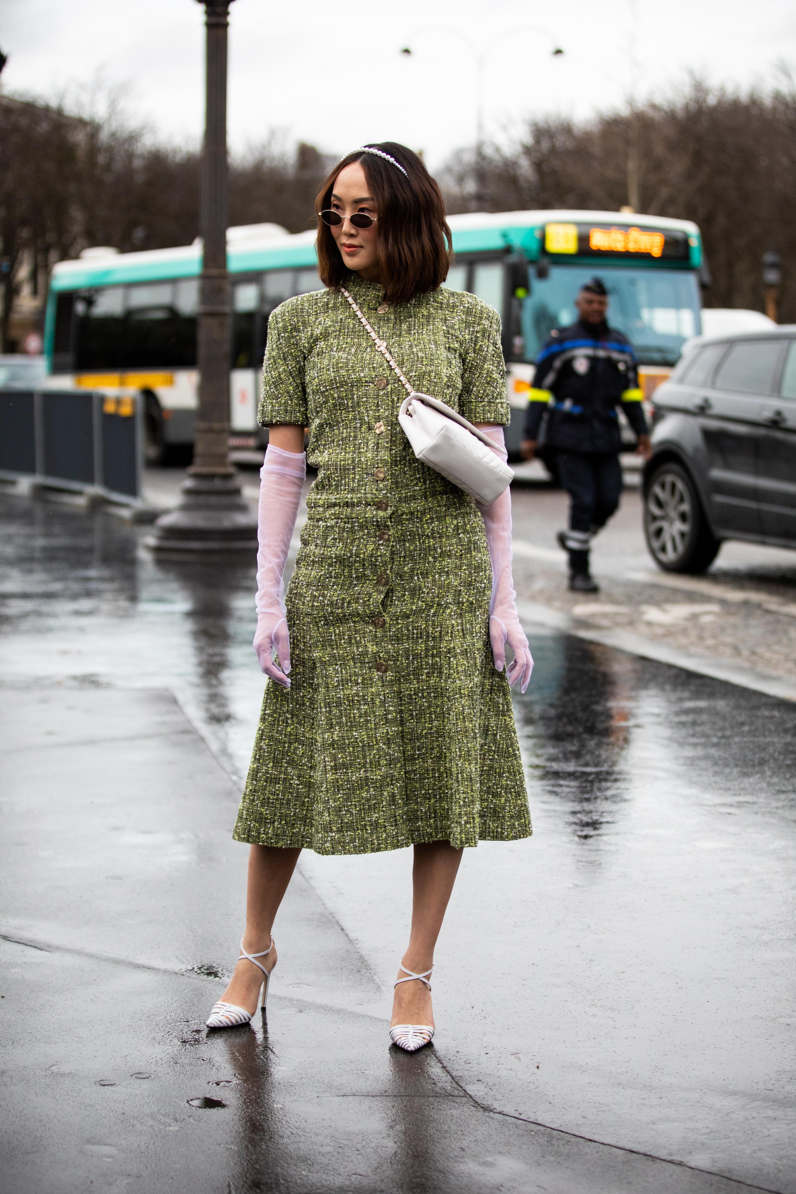 イエローとグリーンがミックスされたような色使いのワンピースをきちんと着こなしてグッドガールな雰囲気に。レトロなシースルーグローブをはじめ、ホワイトでまとめた小物使いがおしゃれ。