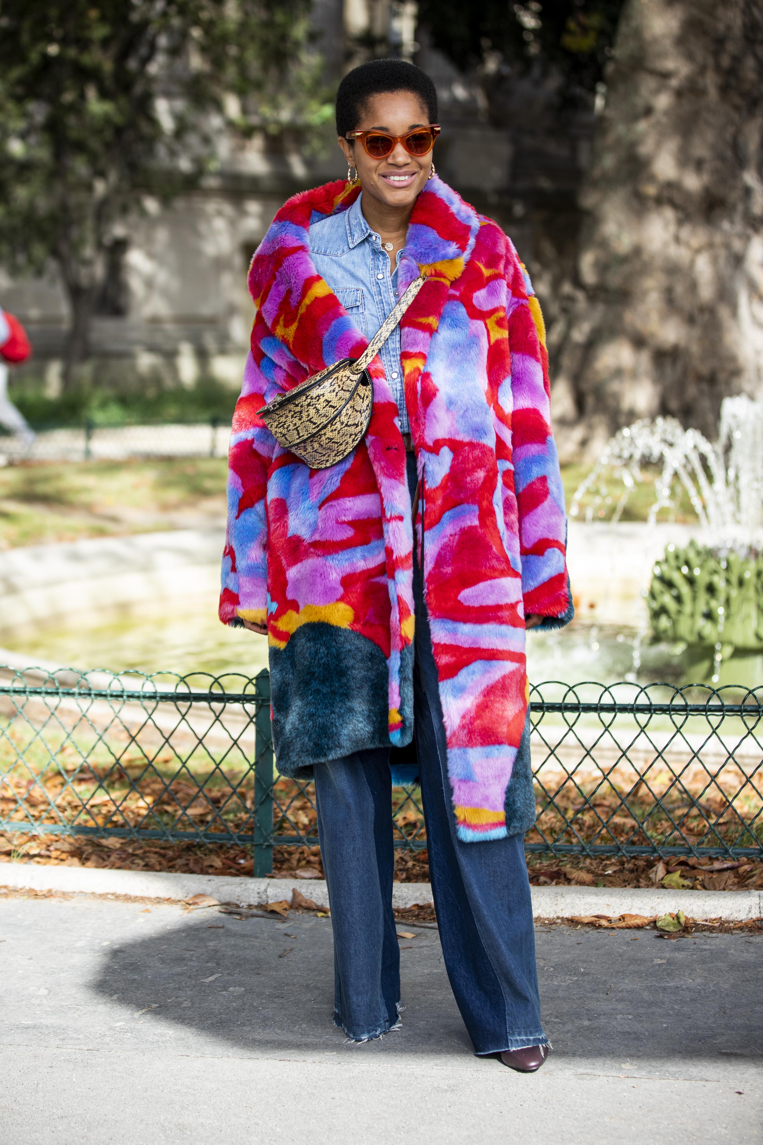 水彩画のような鮮やかな色使いが目を引くファーコートは、いつものスタイルに取り入れるだけでOK。デニムシャツ×デニムパンツの定番的なスタイルが新鮮に見える。バッグの斜め掛けもおしゃれ。