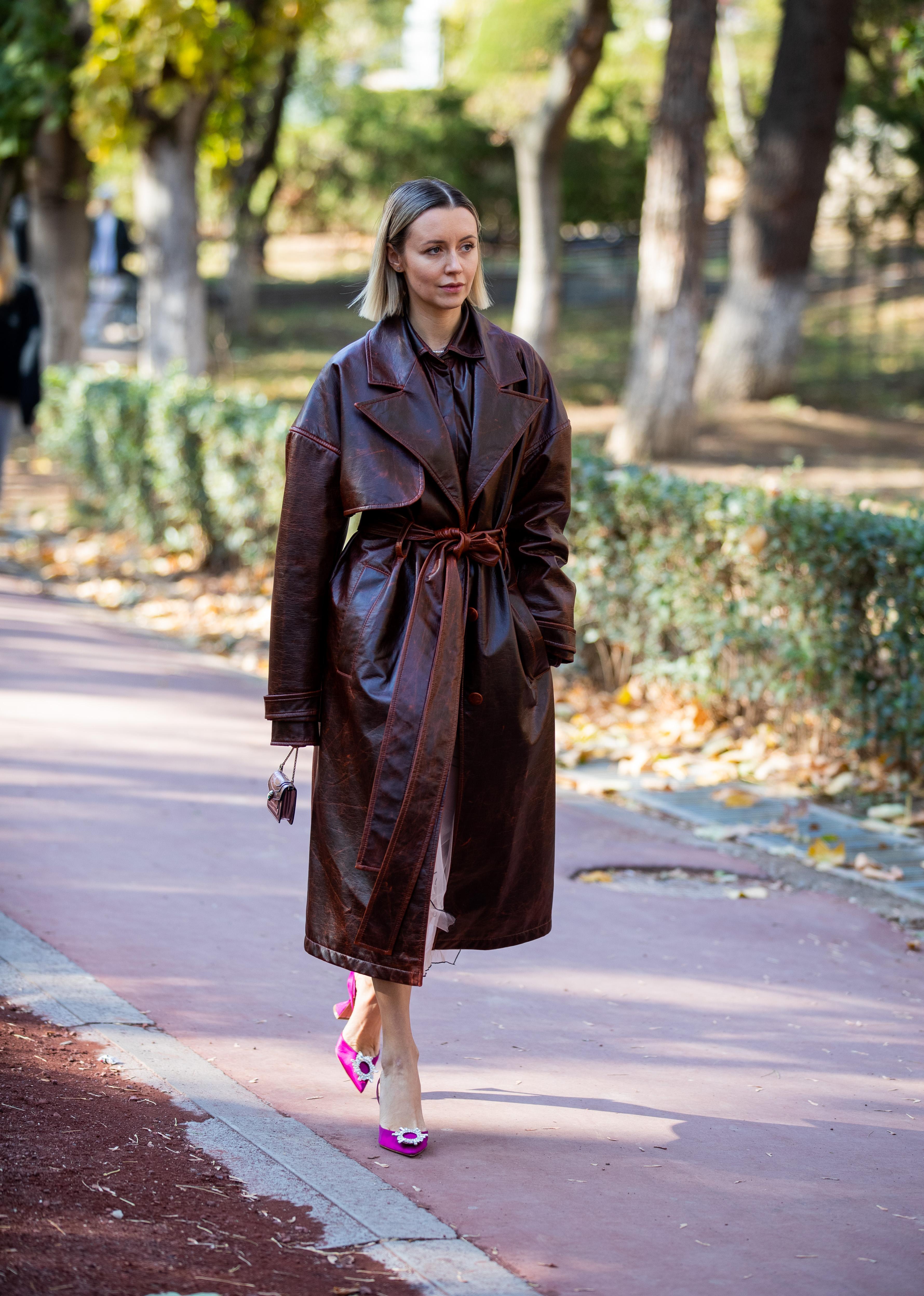 ブラウンにも、ボルドーにも見えるニュアンスカラーのコートは、どこかヴィンテージライクな雰囲気が漂う。ビッグシルエットのラフなシルエットだから、足元はシンプルに仕上げて。