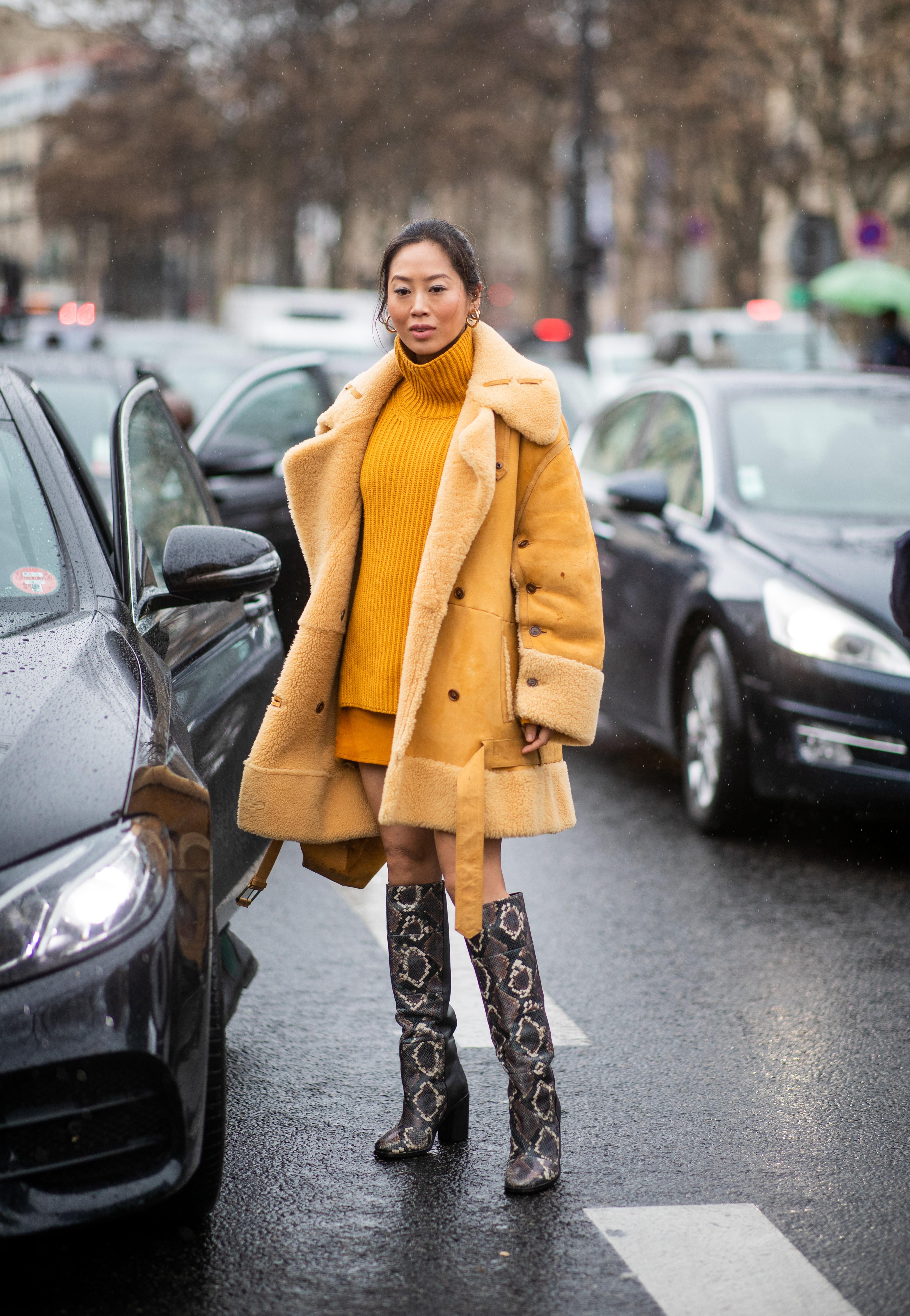 イエローのセイムカラーのコーディネイトが目を引く。コートはベージュっぽいトーンだから大人っぽい雰囲気も加わる。足元にはアニマル柄のロングブーツをインして、ボリュームあるコートとバランスを整えて。