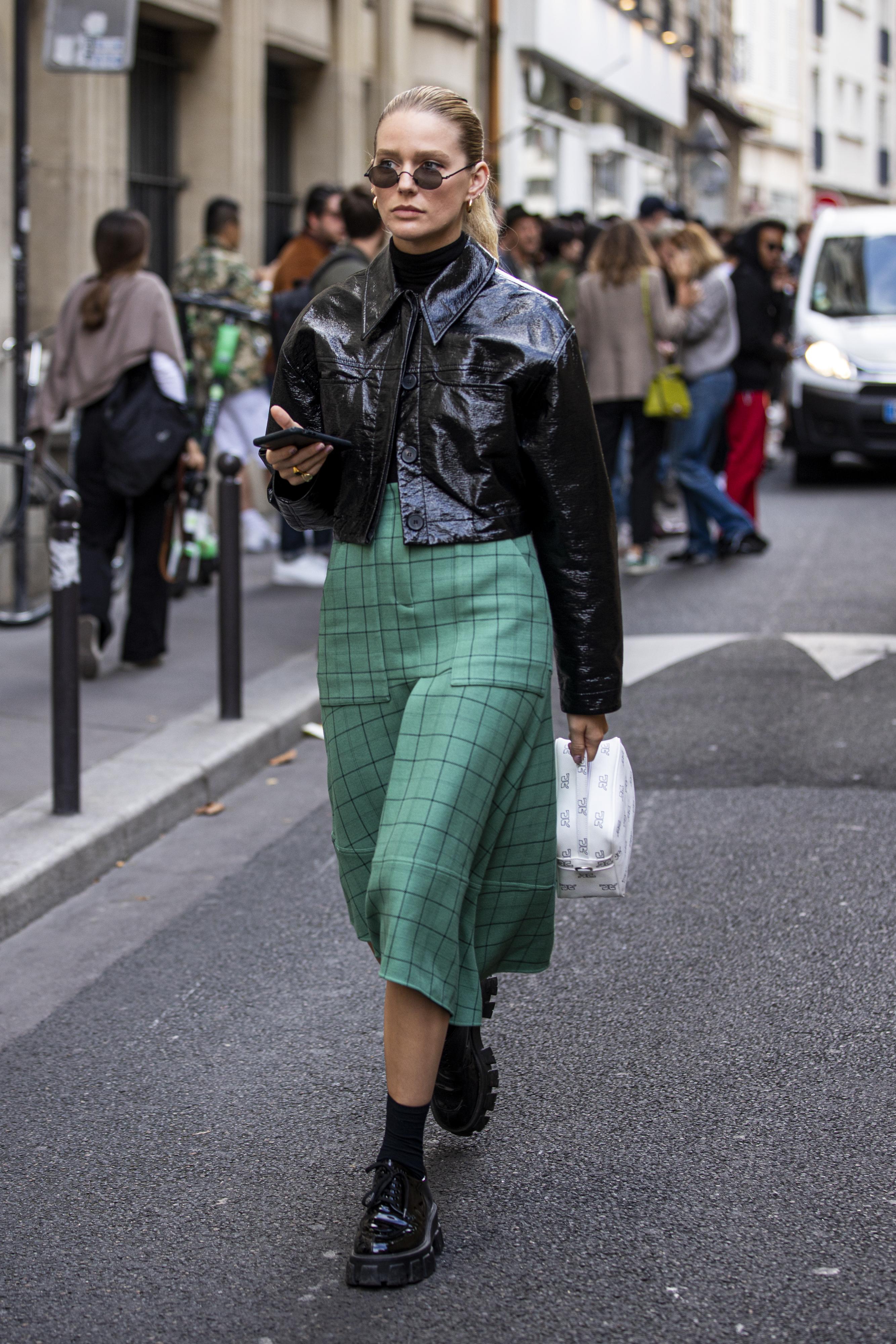 シャツ感覚で取り入れられるライトアウターはショート丈デザインが今っぽい。トレンド感あるミディ丈のスカートもグッドバランスで着こなせる。ブラックカラースタイルにプラスしたグリーン使いが◎。