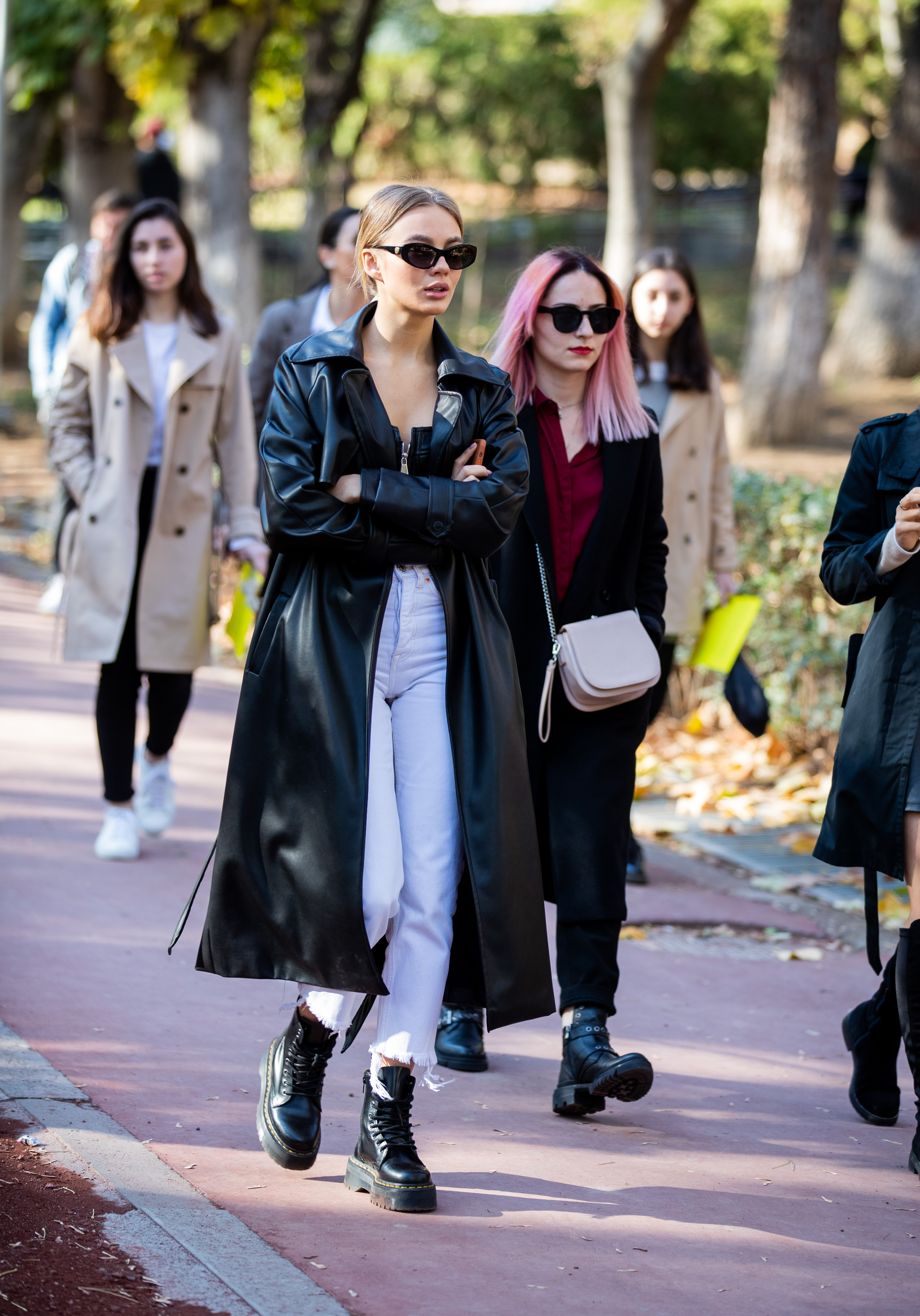 デニム×ワークブーツのストリート感あるスタイルに、ブラックレザーのロングコートをオン! モードな雰囲気にアップデートできる。タイトにまとめたヘアスタイルも雰囲気あってGOOD。