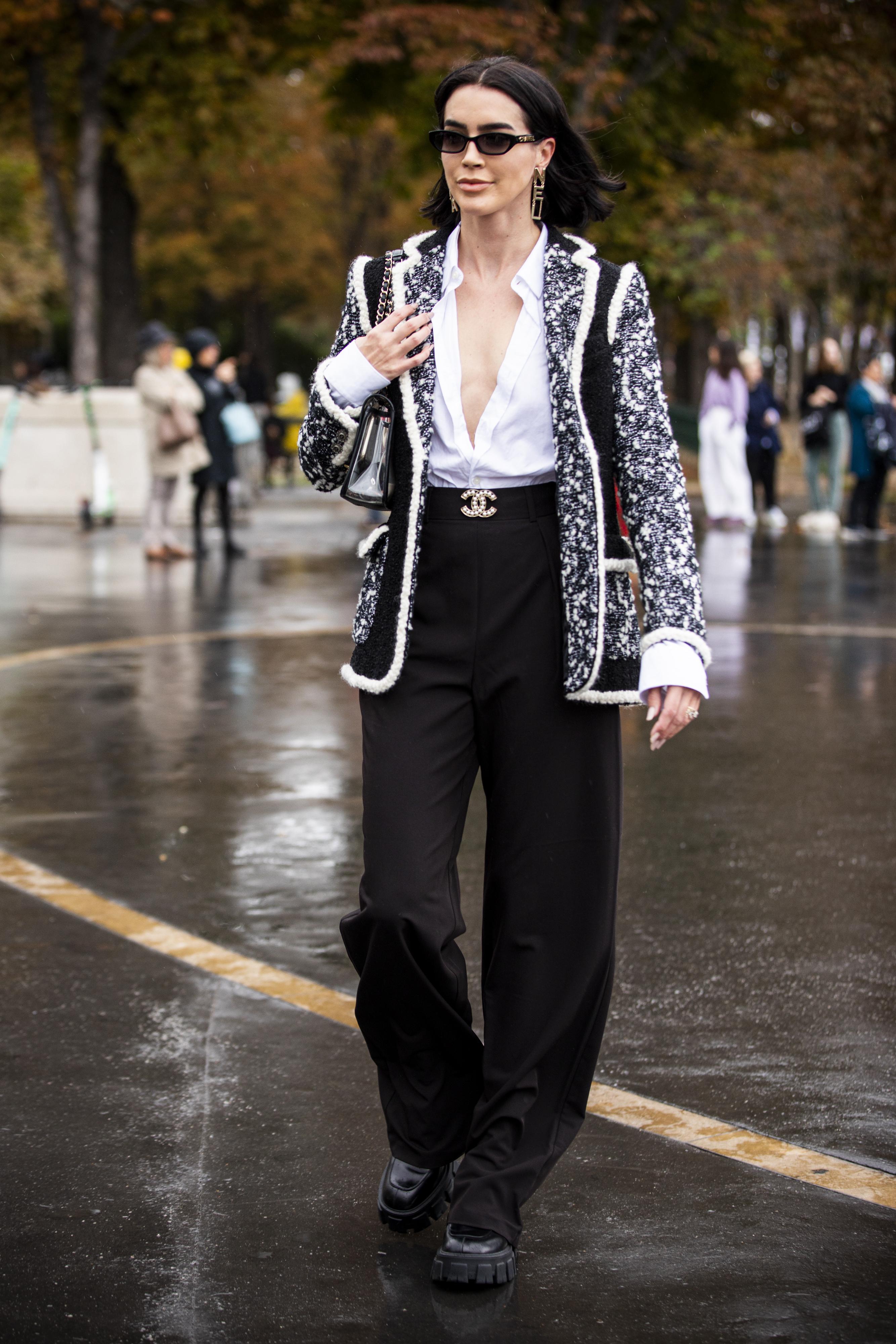 大胆にデコルテを見せて着崩したシャツに、太めのブラックパンツをコーディネイト。ジェンダーレスなスタイルにモノトーンカラーのツイードジャケットを取り入れた、等身大の着こなしがかっこいい。