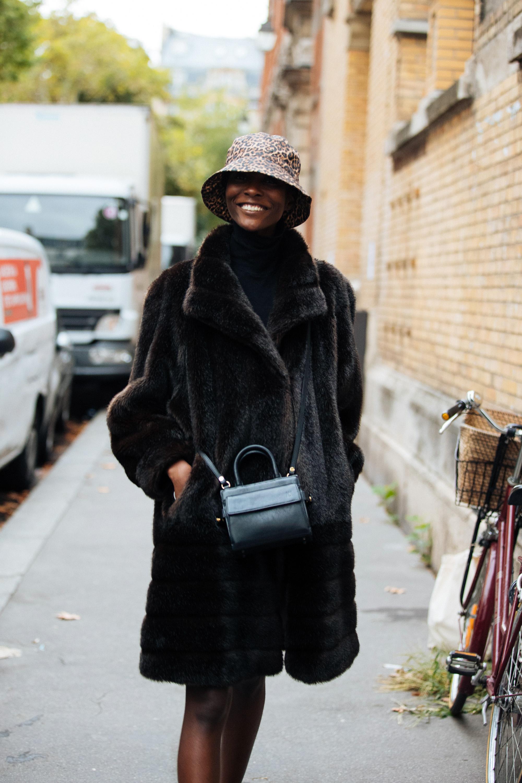 触り心地がよさそうなファーコートはブラックトーンで洗練された雰囲気。コートを主役にコーディネイトしつつ、レオパード柄のハットで外したセンスがおしゃれ。ストリートな印象も演出できる。