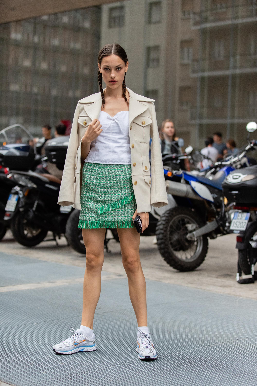 プレーンなアイテム使いの中に、ツイードスカートをイン。カラーリングやフリンジデザインも手伝ってコーディネイトのアクセントに。きっちりまとめた三つ編みスタイルも雰囲気があって可愛い。