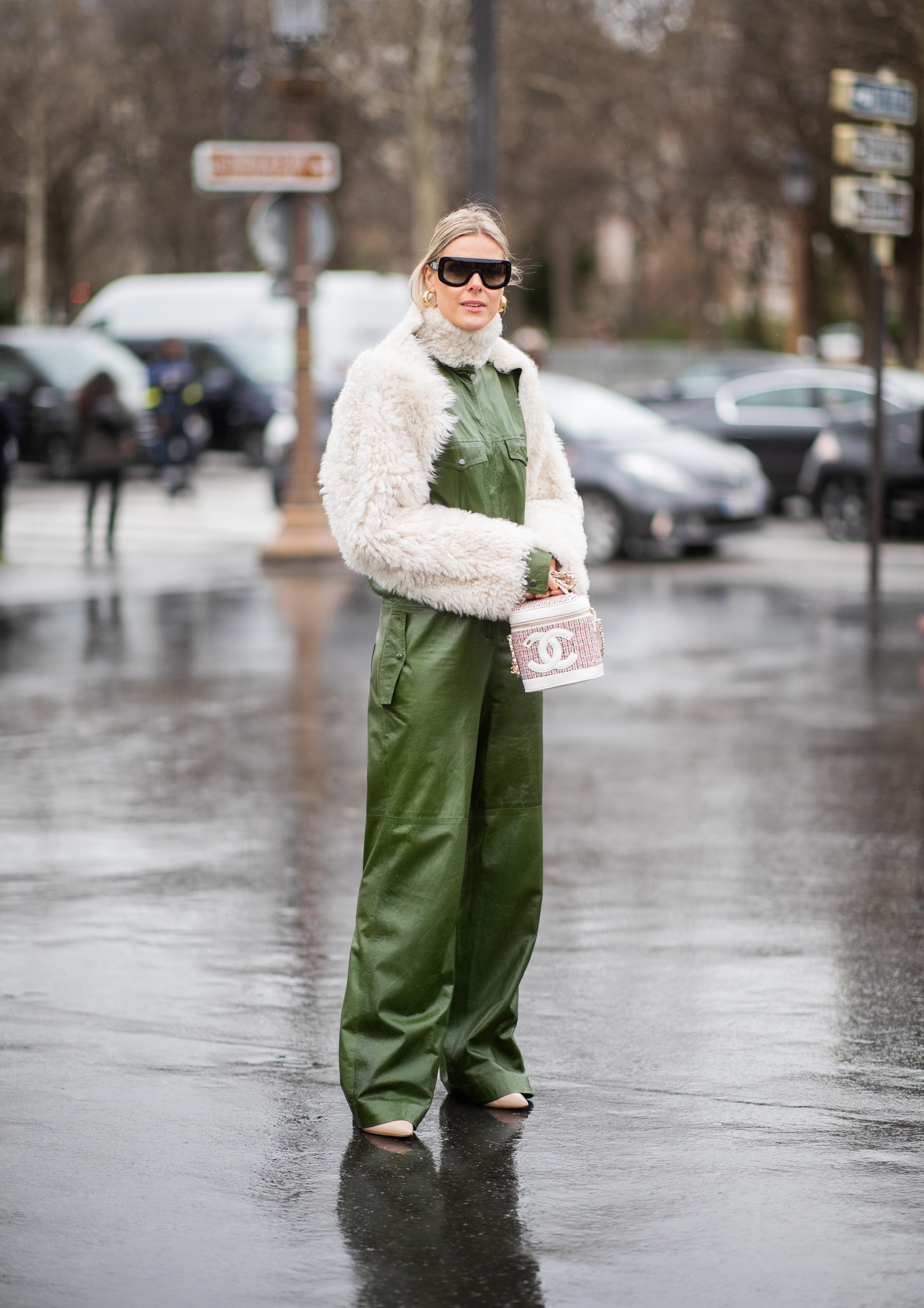 光沢感あるミリタリーパンツスーツにショート丈のファーコートをオン。シンプルながらもテイストをミックスしたスタイルは感度高め。コートと同じ素材のネックウォーマーも効果的!