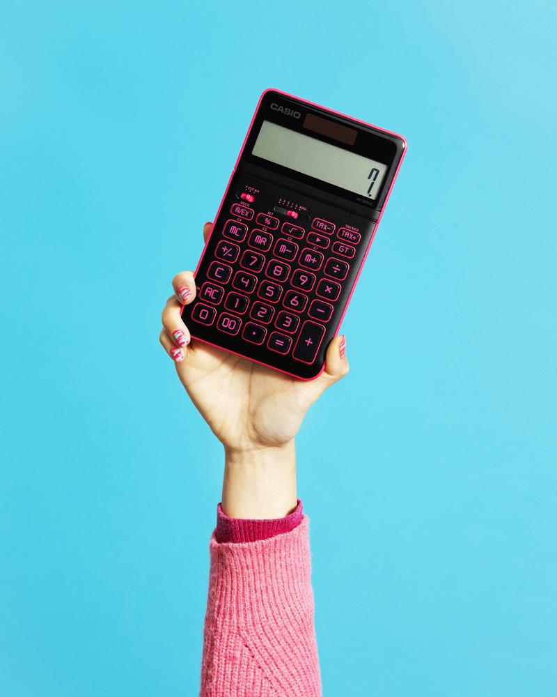 CASIOより文化服装学院の学生ラボ CULTURAL LAB.とコラボしたネオンカラーな電卓が登場