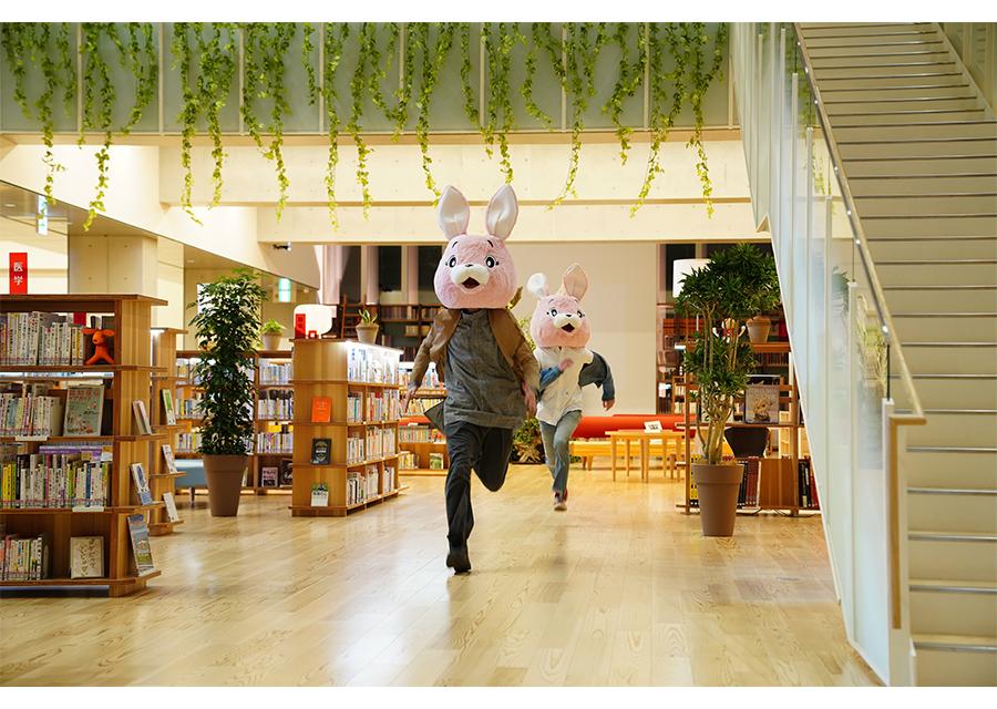 ウサギの着ぐるみで図書館襲撃!?『FUNNY BUNNY』