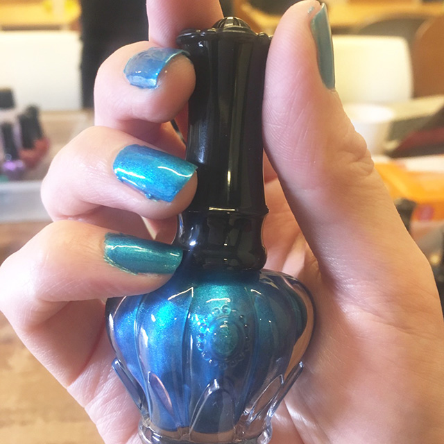「アナ スイから最近発売されたメタリックカラーのネイルポリッシュは、単色で塗ってもインパクト大。夏らしいブルーはアクセサリー代わりになるくらいの存在感。  」